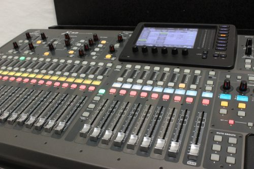 behringer-x-32-digital-mixing-console-with-road-case BOARD1
