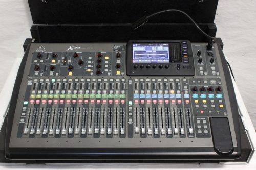 behringer-x-32-digital-mixing-console-with-road-case BOARD2